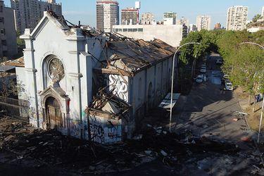 Valiosos vitrales, pinturas y una torre destruida: Los graves daños a las iglesias incendiadas ayer