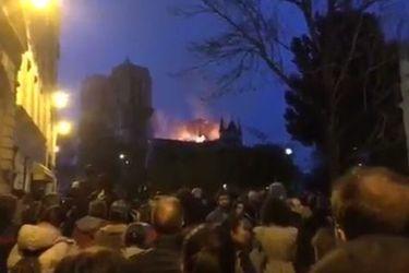La emotiva oración de franceses ante el incendio en la catedral de Notre Dame en París