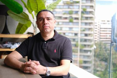 Varados en España y Uruguay: el director deportivo y dos ayudantes de Lasarte llevan semanas sin poder entrar a Chile
