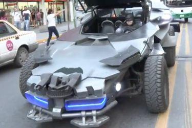 Cosplayer de Batman salió en su batimóvil a pedir que se queden en casa por el coronavirus