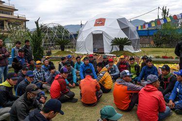 Nepal cierra el monte Everest a los escaladores por temor al coronavirus
