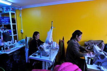 """Encuesta: chilenos demandan más vacaciones y establecen en $ 615 mil mensuales el """"ingreso digno"""" de una familia"""