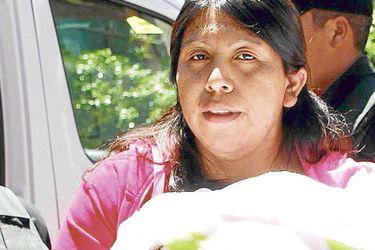 Dio a luz engrillada: Formalizan por vejaciones a gendarmes en caso de Lorenza Cayuhan