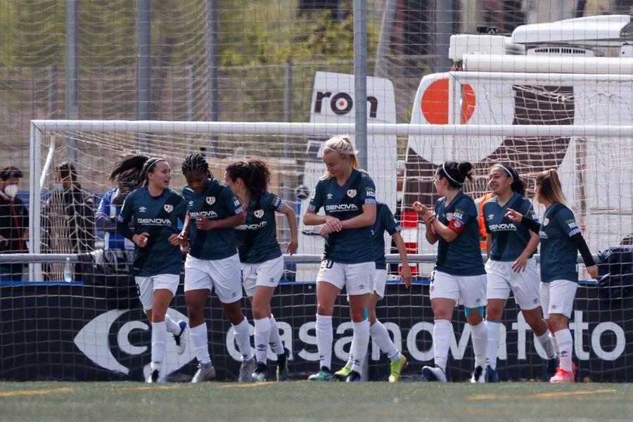Camila Sáez festeja junto a sus compañeras uno de los goles del Rayo Vallecano frente al al RCD Espanyol. FOTO: @RayoFemenino / Twitter.