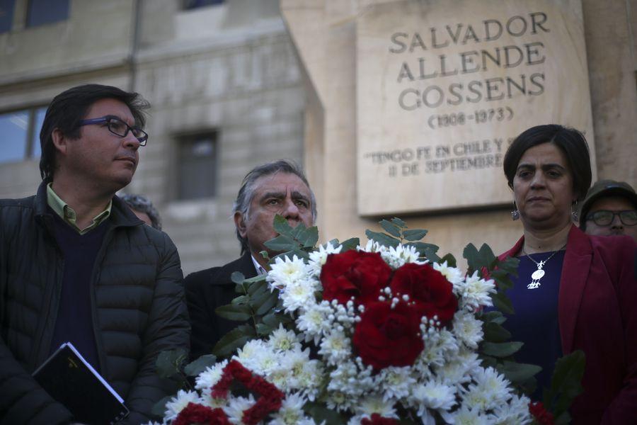 Partido Comunista pone ofrenda floral en homenaje al presidente Salvador Allende
