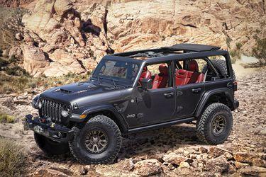 Golpe y golpe: Jeep muestra un Wrangler V8 el mismo día que Ford destapará el Bronco