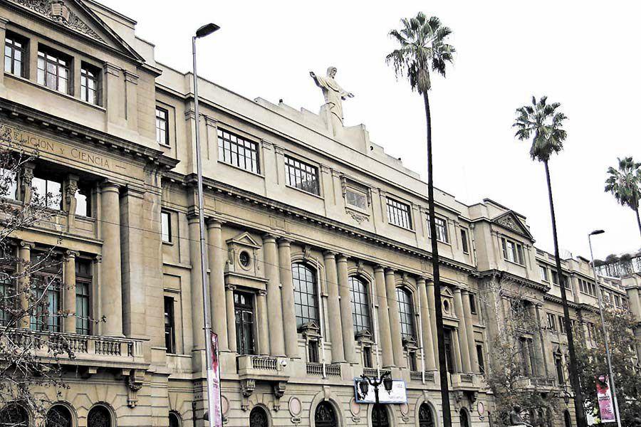 Frontis de la Pontificia Universidad Católica de Chile.