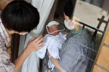 Bebé con 51.000 veces más carga viral podría tener variante que ataca solo a menores; se acerca vacuna para niños y hallan cepa con mutación que evita vacunas: tres cosas que aprendimos del coronavirus esta semana