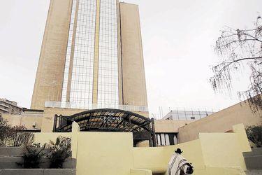 Hotel Crowne Plaza reabre y dueños llevan a arbitraje a aseguradora por daños del 18 de octubre