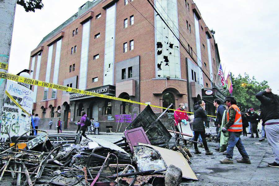 Evelyn Matthei llego con equipo municipal a limpiar daños que dejo turba que saqueo Hotel En Providencia