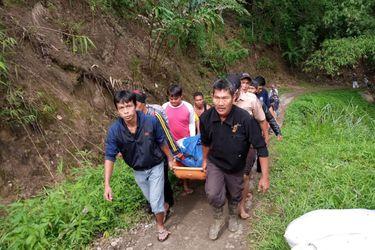 Al menos 28 muertos tras despeñarse un bus por un barranco en Indonesia
