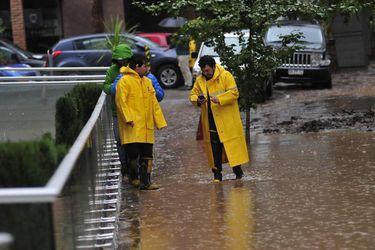 Vecinos de Providencia trabajan en limpiar sus edificios