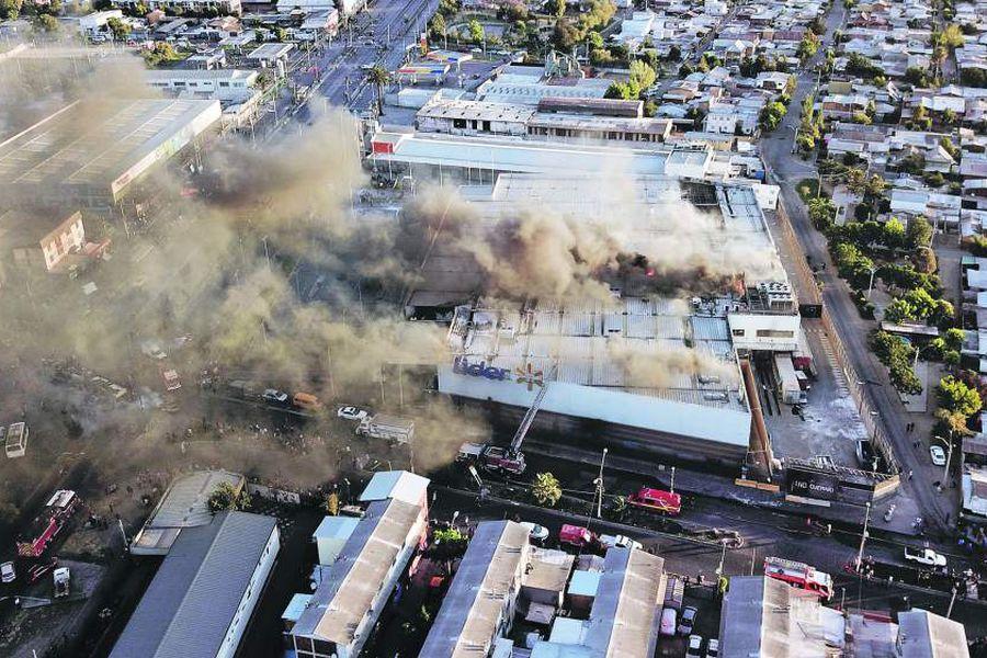 Incendian supermercado Lider en La Granja