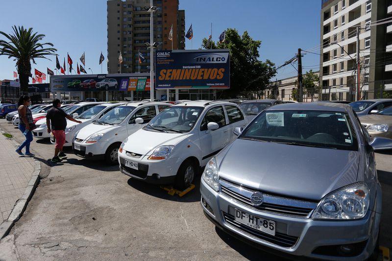 En medio de restricciones por la pandemia y retiro del 10% precios de autos usados se disparan