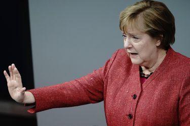 La receta de Merkel para combatir el Covid: cierre de comercio y clases online después de Navidad