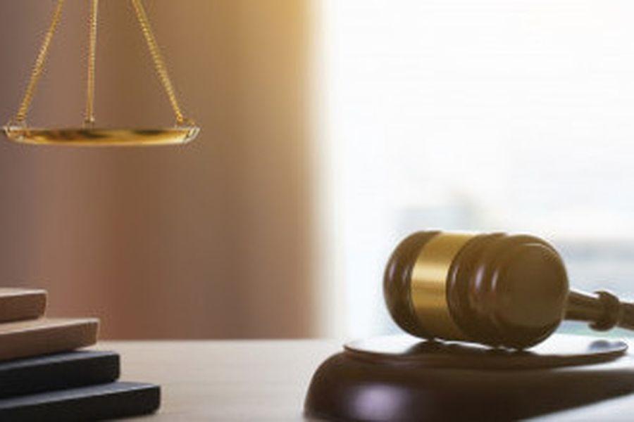 mazo-juez-concepto-juez-trabajo-abogado-abogados-justicia_36325-1208-e1576175249411-582x220