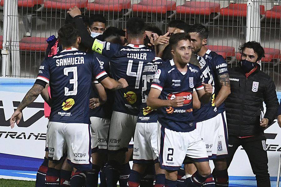 Los jugadores de Melipilla saludan a Mathías Vidangossy después del gol