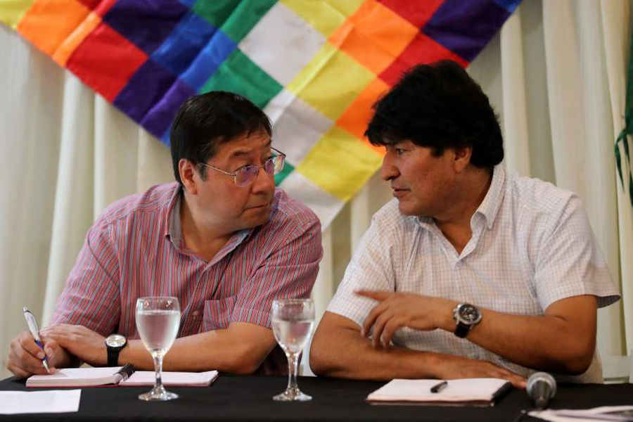 FOTO: REUTERS. Former Bolivian President Evo Morales speaks to the presidential candidate for the Movement to Socialism party (MAS) Luis Arce Catacora during a meeting of their party, in Buenos Aires