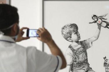 Banksy homenajeó a los trabajadores de la salud con una obra en un hospital