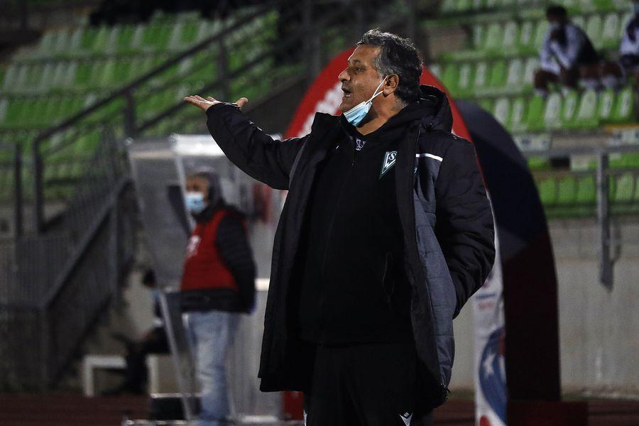 Ronald Fuentes, durante el duelo entre Santiago Wanderers y Deportes Melipilla. Su último partido como DT caturro. FOTO: Agencia Uno.