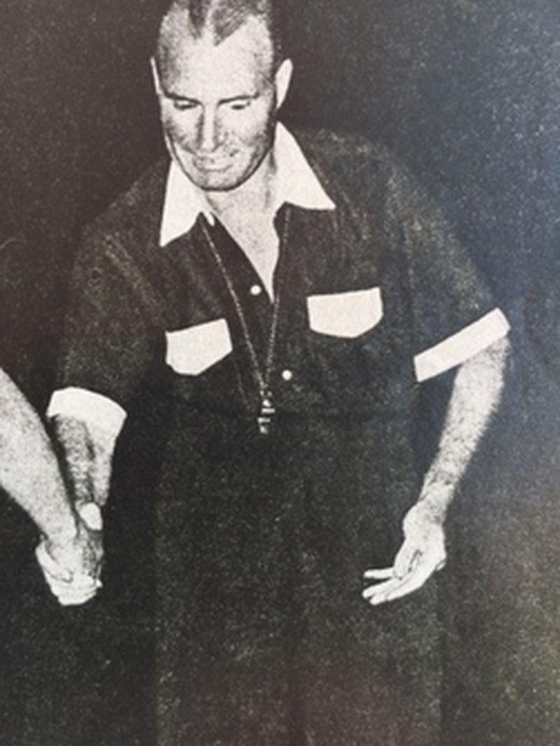 Raúl Iglesias, en uno de los partidos que arbitró en el fútbol chileno.