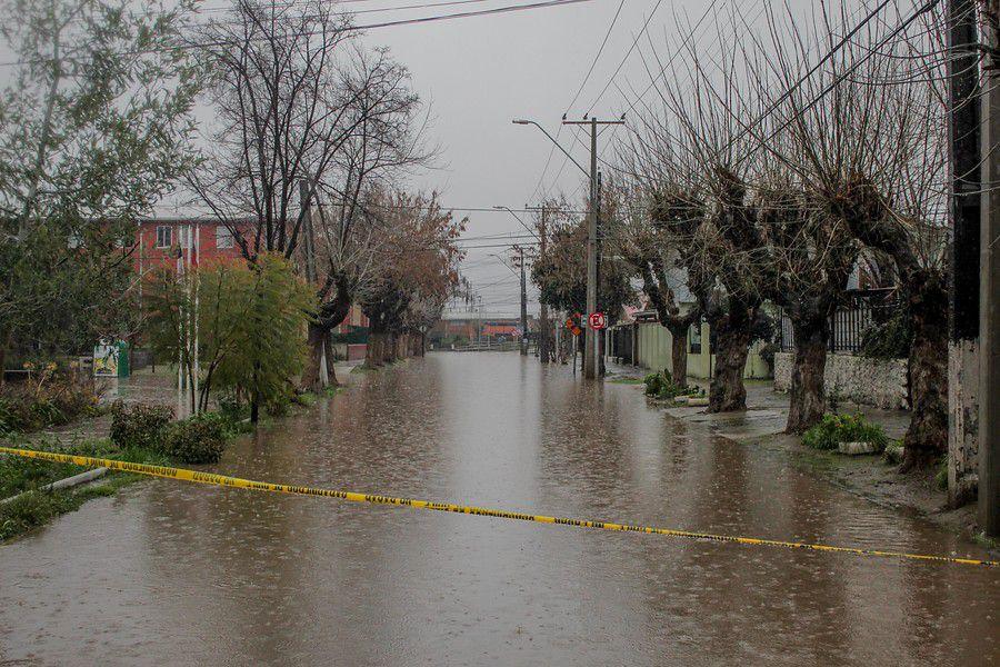 Calles anegadas en la población Santa Rosa, Graneros, tras paso de sistema frontal.
