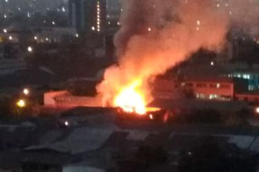 Un muerto en incendio registrado esta noche en Santiago Centro