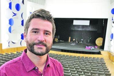 Profesor que usa el cine para enseñar historia gana el Global Teacher Prize