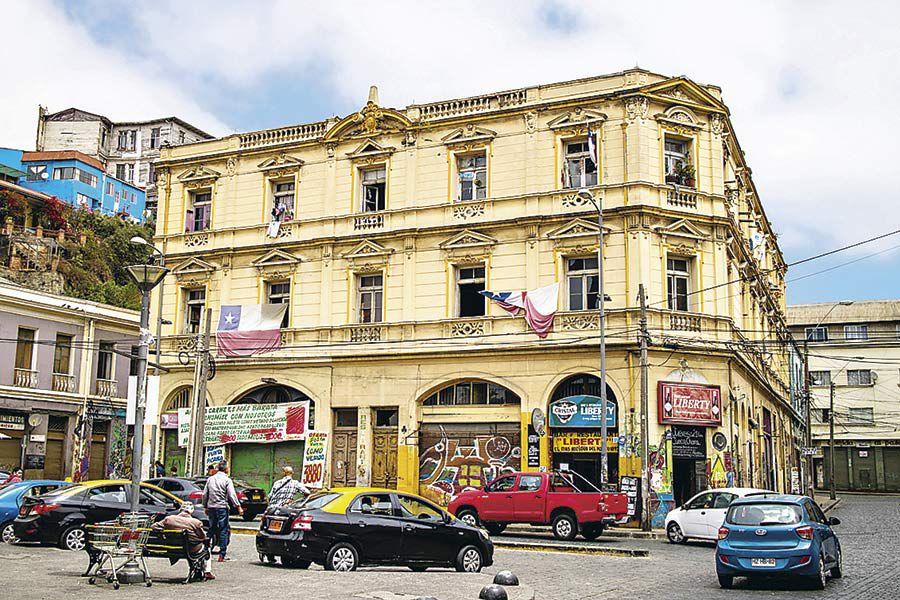 El edificio Tassara, en pleno centro de Valparaíso, alberga el bar Liberty.