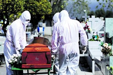 El funeral del tercer fallecido por Covid-19 se realizó ayer, en Concepción, bajo estrictas medidas de seguridad. Foto: Maribel Forbnerod