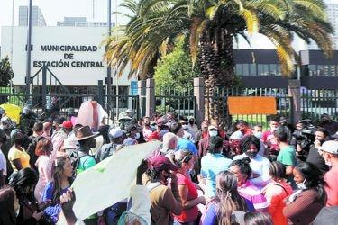 Alcaldes de Santiago y Estación Central piden mesa para frenar el comercio ambulante