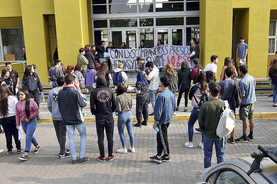 Secundarios se toman el Liceo República de Siria en Ñuñoa, sede de la PSU.
