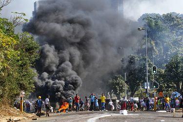 Las claves tras la peor ola de protestas y violencia que afecta a Sudáfrica desde el fin del 'apartheid'