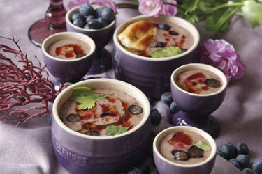 Gazpacho de palta con arándanos, acompañado de bao estilo crouton
