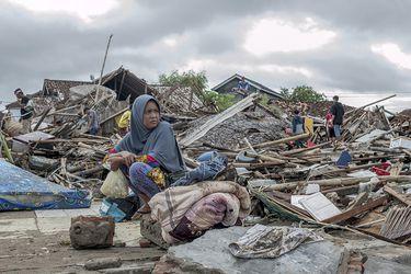 """""""No tuve tiempo de salvarlos"""": El duro relato de sobrevivientes del tsunami en Indonesia"""