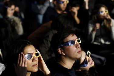 Cientos de personas observan eclipse desde Sky Costanera