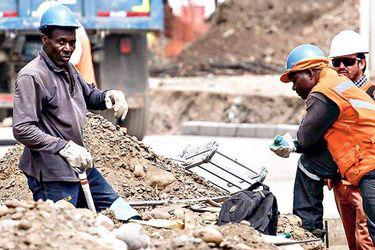 inmigrantes-trabajando-en-la-costruc-40674749-820x600