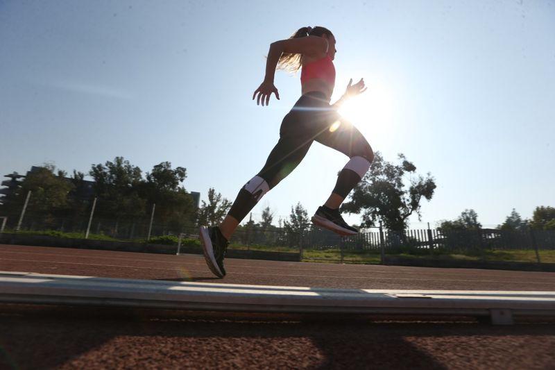 María Ignacia Montt, ganadora de los 100 metros planos en el campeonato nacional, entrena en la pista dos del Estadio Nacional. Foto: Pedro Rodríguez.