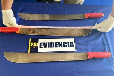 Hermana de Francisco Martínez entrega machetes usados por el malabarista en Panguipulli a la PDI
