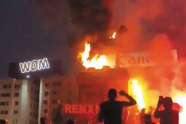 En medio de manifestaciones, prenden fuego a estatua del general Baquedano