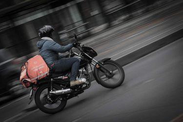Jóvenes, extranjeros, con jornadas de menos de 8 horas y salarios sobre el mínimo: el perfil de los repartidores de delivery en Chile