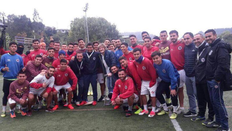 Villamil, rodeado por el plantel de Deportes Concepción, hace un tiempo.