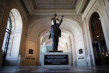 Estatua de exmandatario Néstor Kirchner vuelve a Buenos Aires en nuevo aniversario de su muerte