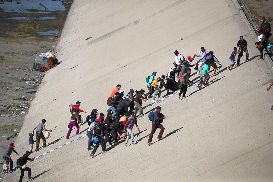 Grupo de migrantes centroamericanos intentan cruzar la frontera entre Estados Unidos y México