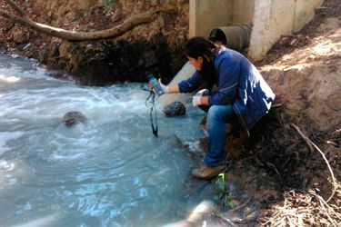 Esval admite alteración en calidad del agua que descarga a estero en Valparaíso