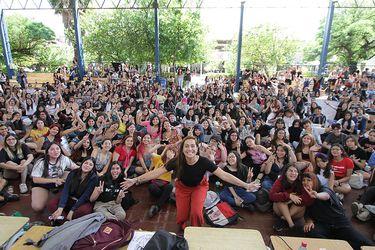 Humor, pop y feminismo: la toma del Liceo 7 al ritmo de Natalia Valdebenito y Javiera Mena