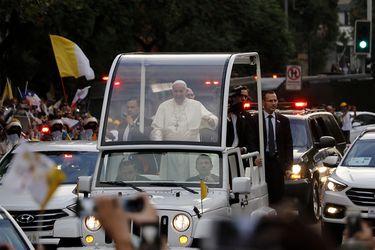 Papa Francisco recorre en Papamovil Santiago