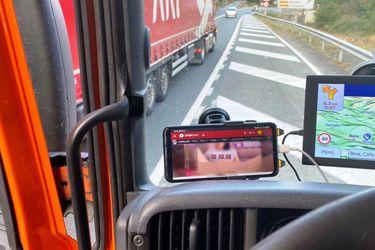 ¡Imprudencia al volante! Conduce un camión drogado y viendo porno en el teléfono