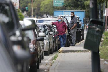 Venezolanos sufren de largas filas para llenar tanques de gasolina en Caracas