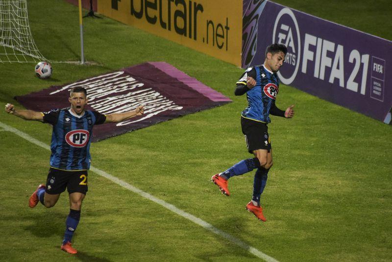 Javier Altamirano y Cris Martínez celebran el 1-0 de Huachipato ante Rosario Central. FOTO: Agencia Uno.